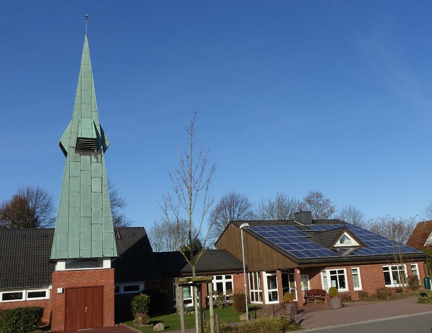 Thomaskirche in Klecken mit PV-Anlage auf dem Gemeindehaus